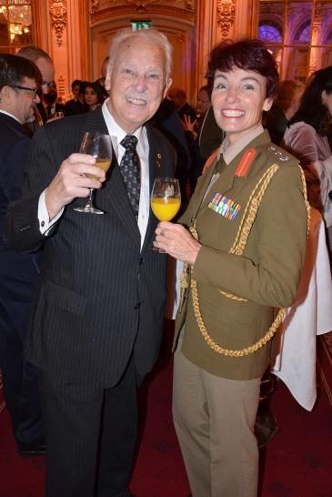 Gösta Malmengård i glatt samtal med Sydafrikas militärattaché Colonel Celéste Scheepers.