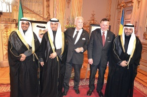 Gösta Malmengård och Karl-Otto Hagen-Olsen omhändertas kungligt av Kuwait´s diplomater.