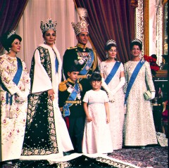 Official photograph of the Shah of Iran Mohammad Reza Pahlavi and his wife Queen Farah with members of the Royal family posing on October 26, 1967 in Tehran, Iran after their coronation ceremony. From left to right Princess Shams, Empress of Iran or shahbanu Farah (Diba), crown prince Reza Pahlavi, Shah Mohammad Reza, Princess Farahnaz Pahlavi, Princess Shahnaz and Princess Ashraf. (AP Photo) --- Der Schah von Persien, Mohammed Resa Pahlawi, mit seiner Familie. (2. v. l. Farah Diba) Offizielles undatiertes Foto. (AP-Photo)