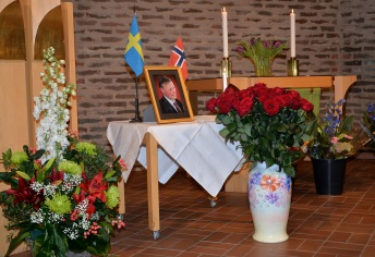 Blomsterälskaren Karl-Otto Hagen-Olsen hedrades med många vackra blomsteruppsättningar runt hans porträtt.