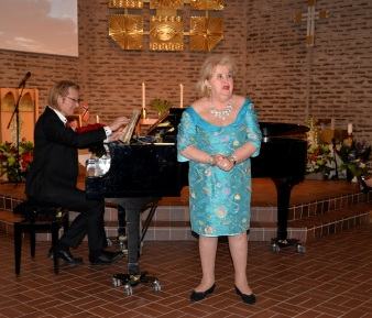 Hovsångerskan Siv Wennberg sjunger Edvard Grieg ur Haugtussa Op.6 nr. 67. 1. Det syng, 2. Veslemoy, 3. Ved gjaetle - bekken, ackompanjerad av pianisten Johan Ullén.