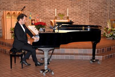 Direkt från Paris kom konsertpianisten Daniel Propper som hedrade Karl-Otto Hagen-Olsen med att spela Edvard Grieg Ur lyriska stycken Elegi op. 47. nr 7 och Notturno. op. 54. nr 4. samt Franz Liszt Ur 12 Études d´exécution trancendante och Harmonies du soir.