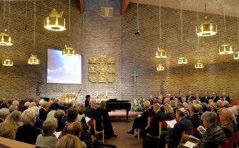 Hitrest från Paris inleder konsertpianisten Daniel Propper sitt program med att spela Edvard Grieg: Ur lyriska stycken Elegi op. 47 nr. 7 och Notturno op. 54 nr.4.