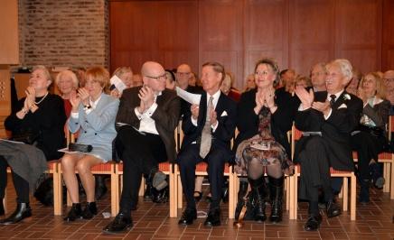 Gästerna är helt begeistrade av att få höra och se en fantastisk minneskonsert för Karl-Otto Hagen-Olsen. Här sitter Karin Alberius från norska ambassaden, Sophie Ekman, Lars Alberius, Elon Ekman, Hild Österberg från norska ambassaden och Gösta Malmengård.