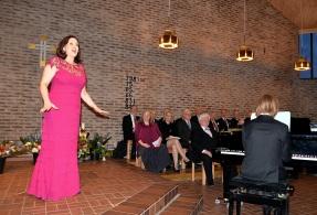 """Här är Hovsångerskan Katarina Karnéus in full action med att framföra Robert Stolz """"Jadjas sång"""" ur Venus in Seide, ackompanjerad av Johan Ullén."""