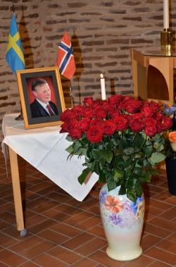 50 stora vackra röda rosor stod framför Karl-Otto Hagen-Olsen´s porträtt omgiven av svenska och norska flaggorna.