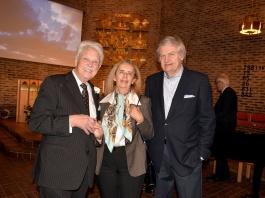 Goda vänner och kolleger till Karl-Otto Hagen-Olsen. Pianisten Lefki Lindahl och pianisten, rektor Ulf Lindahl tillsammans med en av aftonens värdar Gösta Malmengård.