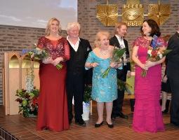 Ooooh vilken fantastisk sångarkvartet ! Här mottager de, operasångerskan Carolina Sandgren, operasångaren Sonny Wallentin, hovsångerskan Siv Wennberg och hovsångerskan Katarina Karnéus med pianisten Johan Ullén gästernas och vännernas rungande applåder.