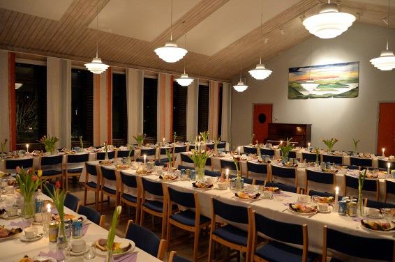 Damerna från Secund Hand i Täby hade dukat upp vackra bord med landgångar och god dricka därtill samt kaffe/te och Karl-Otto´s favorit Prinsesstårta.